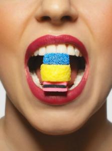 η κατανάλωση ζάχαρης προκαλεί βλάβες στα δόντια
