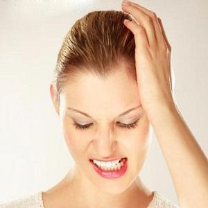 Βρυγμός: γιατί σφίγγουμε τα δόντια στον ύπνο μας;