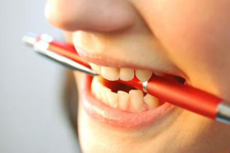 Γιατί το παιδί μου σφίγγει τα δόντια του τη νύχτα;